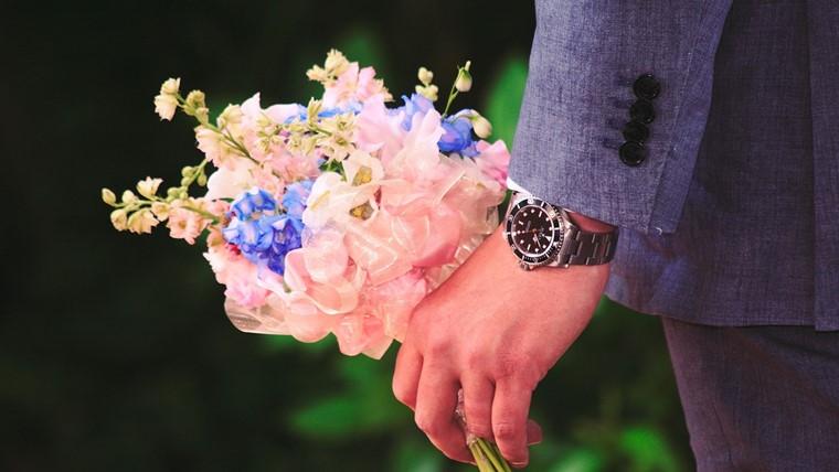 青い花を渡す人